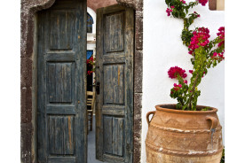 Santorini,-Greece,-a-door-and-a-pot-